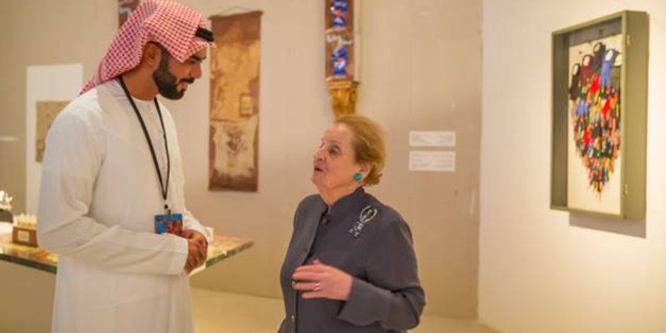 وزيرة الخارجية الأمريكية السابقة تزور معرض مسارات إبداعية في أبوظبي