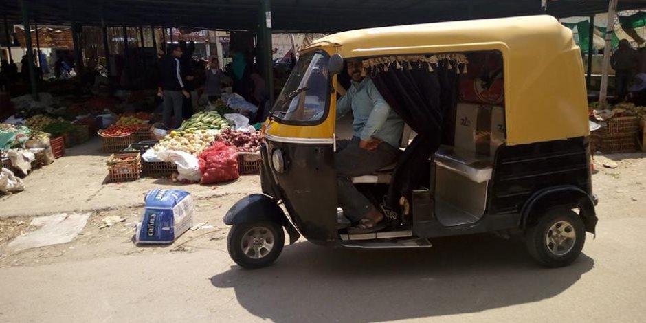 سائق توك توك يصيب ضابط مرور أثناء تحرير مخالفة في حلوان