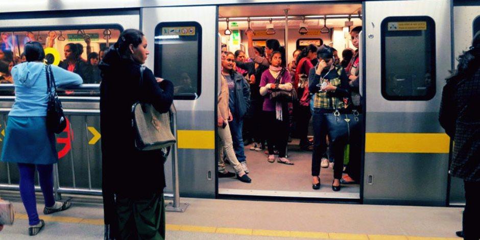 لحل أزمة «الفكة» بالمترو.. صراف التذاكر للركاب: «اشتروا تذكرتين بدل واحدة» (فيديو)