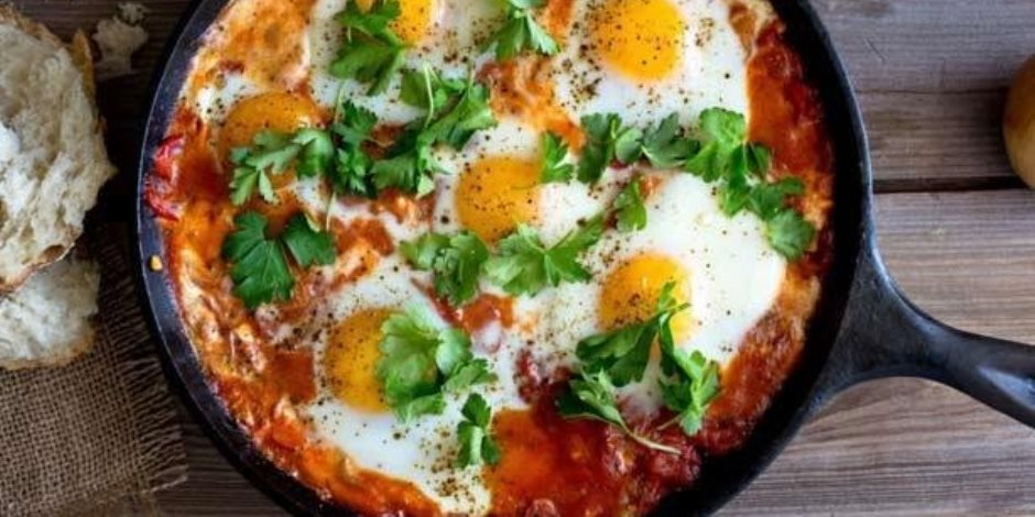 طريقة عمل إفطار مختلف عن كل يوم.. فول بالتقلية والفلفل وعيون البيض