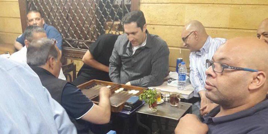 علاء مبارك يظهر مجددا بأحد مقاهي إمبابة دون أخيه جمال (فيديو و صور)
