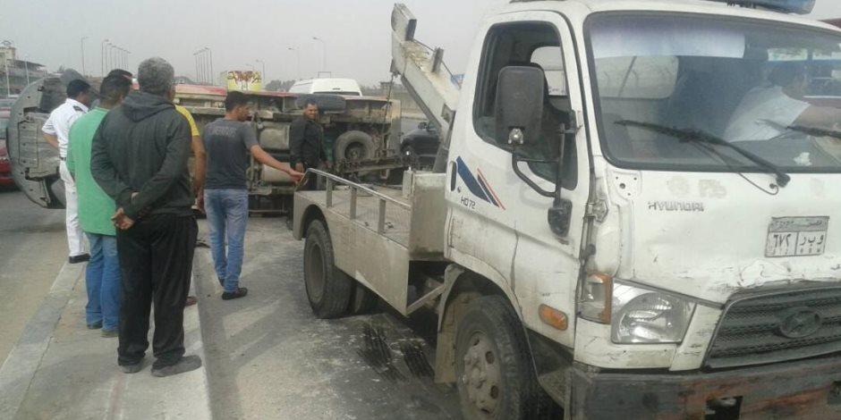 رفع حطام حادث إنقلاب سيارة نقل محملة باﻷرز أعلى دائري المريوطية
