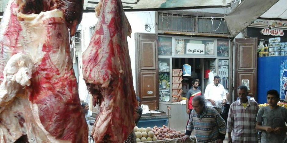 «على واحدة ونص».. عامل جزارة بالشرقية يعلن تخفيض أسعار اللحوم بملابس راقصة (فيديو)