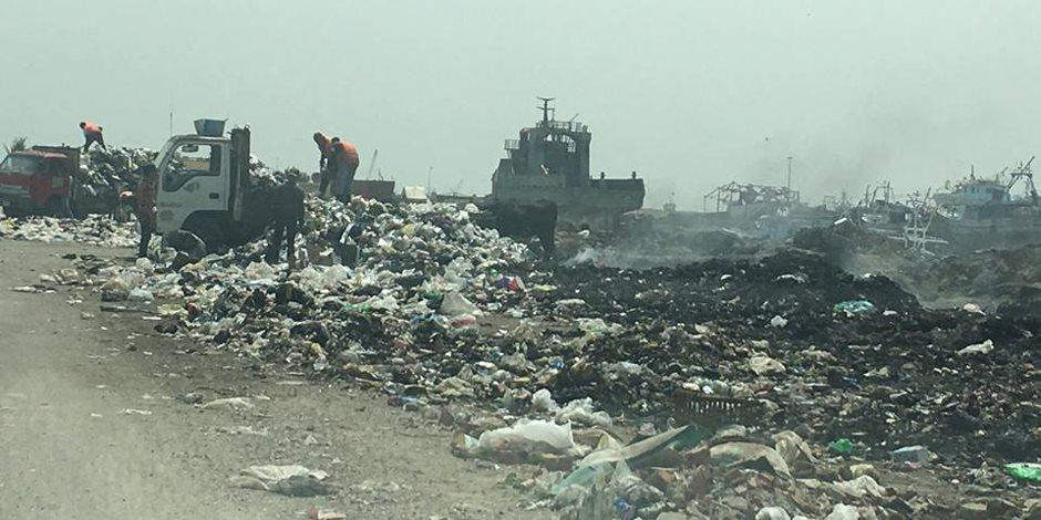 جبال القمامة تحاصر ورش صناعة السفن في بورسعيد (صور)