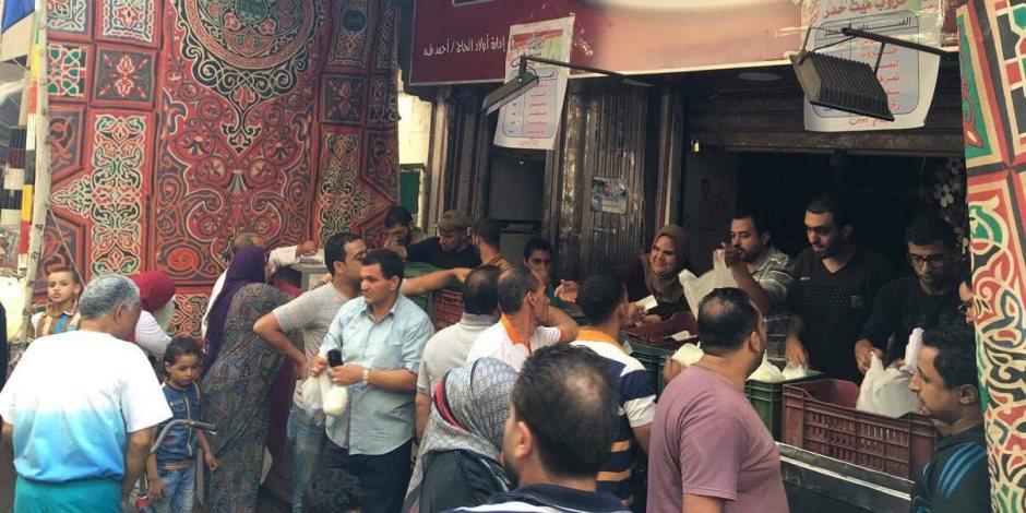 إقبال على محال بيع الخروب والعصائر في أول أيام رمضان بالمنصورة (صور)