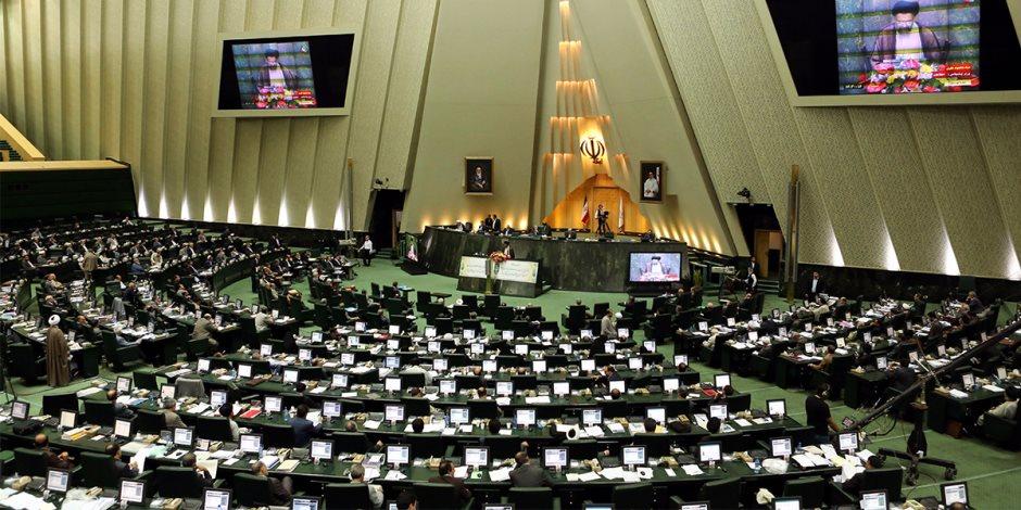 نواب بالبرلمان الإيراني يحرقون علم أمريكا بعد الانسحاب من «النووي» (فيديو)