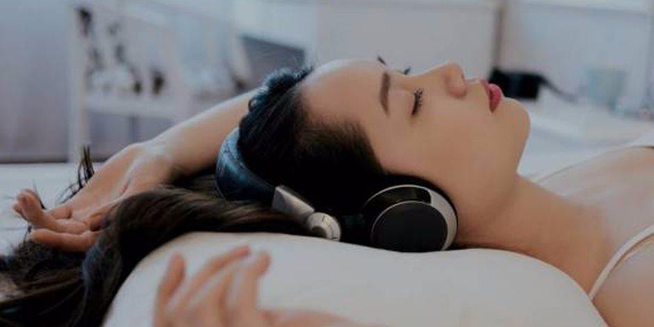 ابتسم أكثر واستمع للموسيقى.. 7 حيل للتخلص من الاكتئاب والقلق