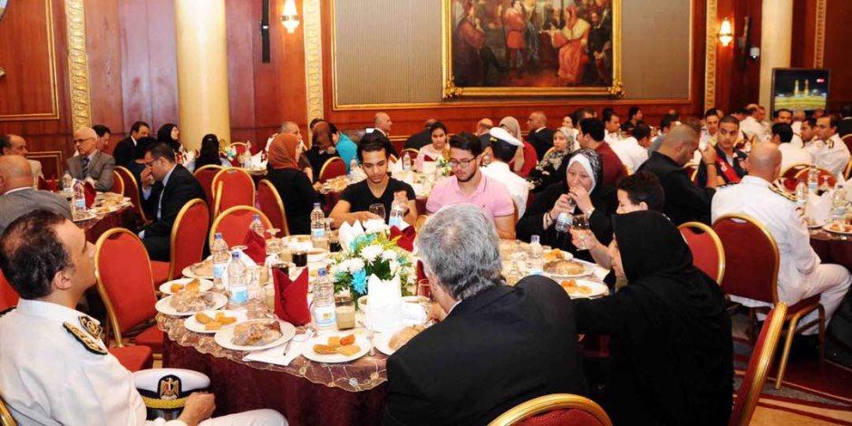 وزير الداخلية يلتقي أسر الشهداء على مائدة إفطار رمضان