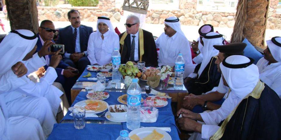 محافظ جنوب سيناء يهنئ أهالي دهب بعيد الفطر.. مرتديا الزي البدوي