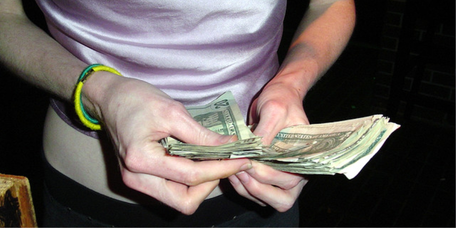 الإدخار وتدوين الوارد والصادر والاستغناء عن الرفاهيات..نصائح للآمان المالي للأسرة