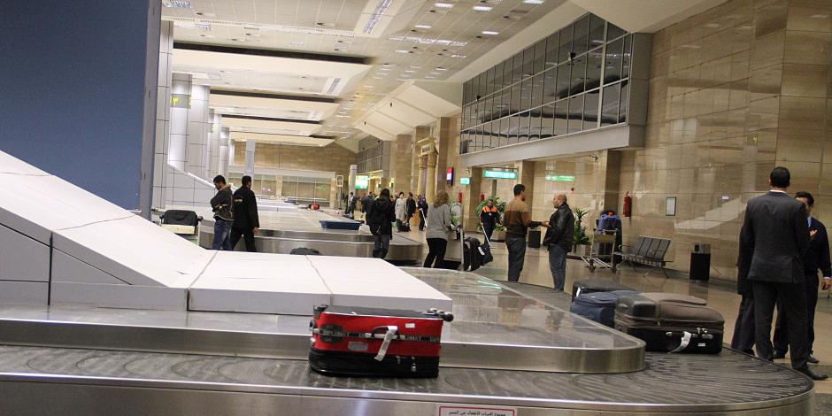 """جمارك مطار القاهرة تحبط محاولة تهريب 37 هاتف """"آيفون"""" بـ 300 ألف جنيه"""