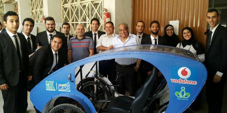 بعد غلاء البنزين.. طلاب جامعة حلوان ينجحون في تصميم سيارة تعمل بالطاقة الشمسية والكهرباء (صور وفيديو)
