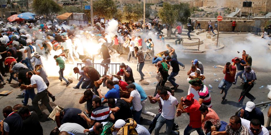 اشتباكات بين المصلين الفلسطينيين والشرطة الإسرائيلية بالمسجد الأقصى