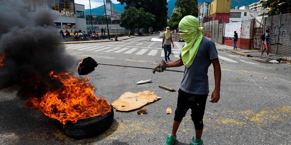 فنزويلا على صفيح ساخن.. الرئيس نيكولاس مادورو يدعو لإعداد دستور جديد ويشعل الأزمة.. مواجهات عنيفة تخلف 105 قتيل منذ إبريل الماضي.. والصراع الأمريكي الفنزويلي يتصدر المشهد