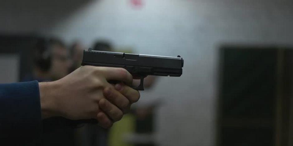 عامل يقتل زوجته عن طريق الخطأ أثناء عبثه في سلاح ناري بسوهاج