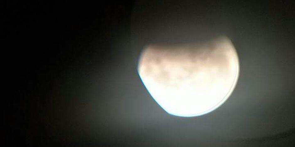 شاهد.. الصور الأولى للحظة الخسوف الجزئي للقمر