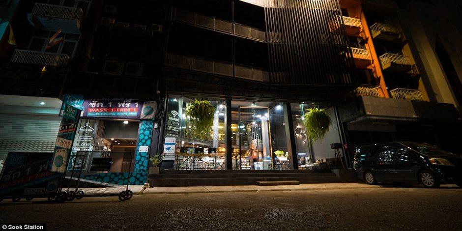 حمامات مشتركة وحظر تجول.. فندق في بانكوك على هيئة سجن مشدد لمحبي المغامرة