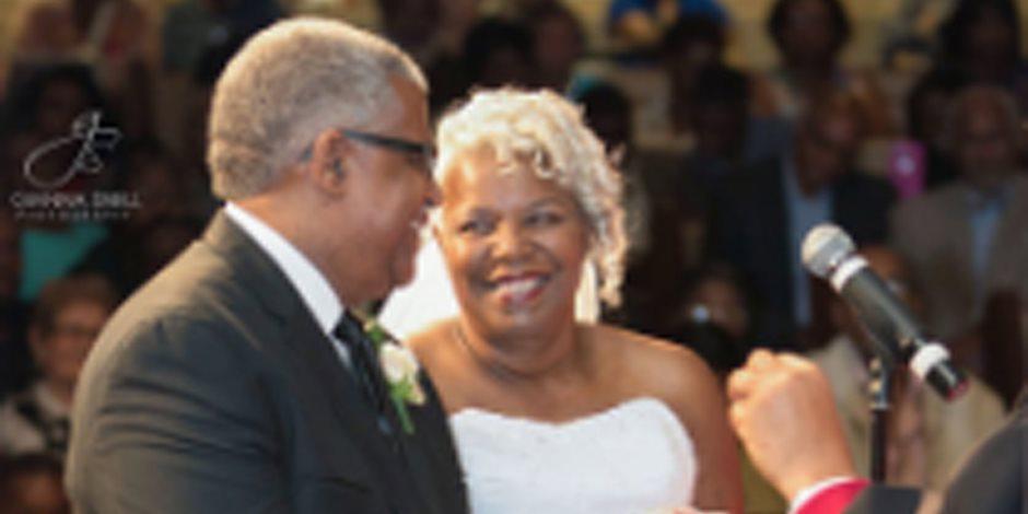 الحب ملوش سن...زوجان في السبعين من العمر يتوجا قصة حبهما بحفل زفاف رائع