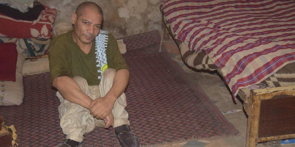 كرسي متحرك يعيد الحياة لـ «صلاح » بعد 40 عاما من الوحدة بغرفة مظلمة