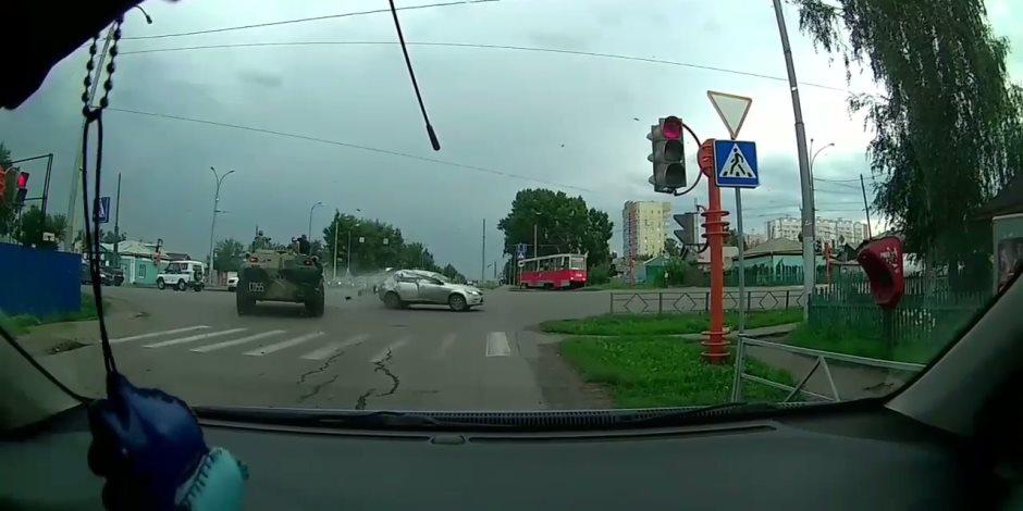 مدرعة تصدم سيارة كيا فى روسيا (فيديو)