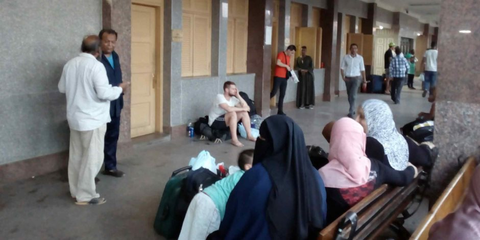 تكدس المسافرين والأجانب بمحطة أسوان بعد إضراب سائقى القطارات (صور)