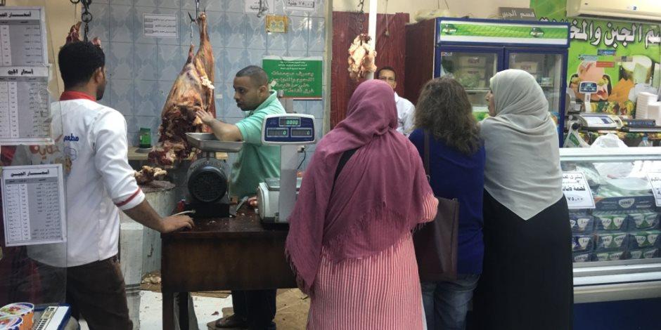 إقبال المواطنين بأسيوط على منافذ بيع اللحوم استعدادًا لعيد الأضحى