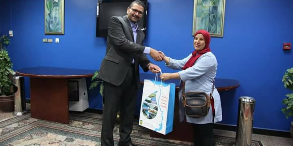 الري تسلم جائزة لإحدى الفائزات في برنامج عروس النيل