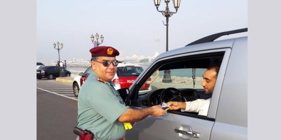 بمناسبة عيد الأضحى.. شرطة أبو ظبي توزع سماعات هاتف على السائقين