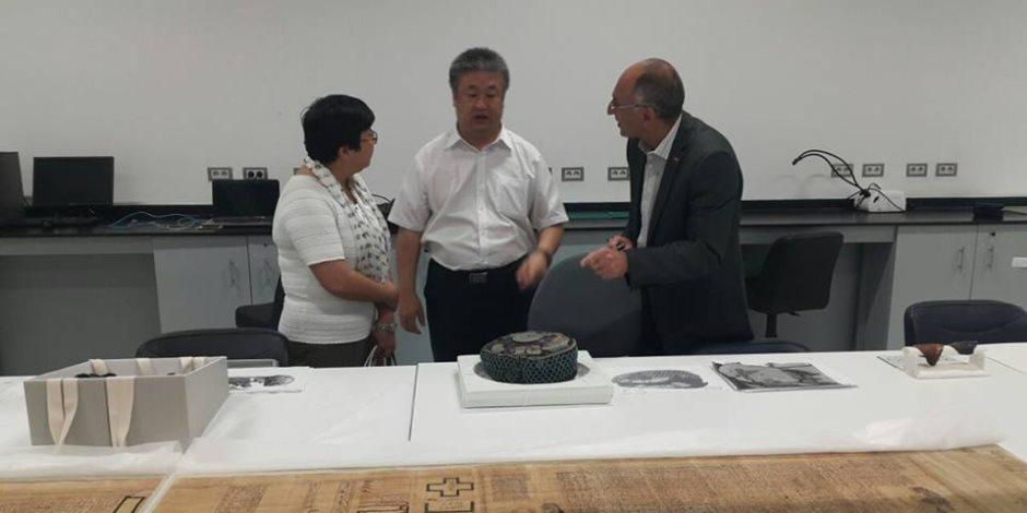 المستشار الثقافي الصيني بالقاهرة يزور المتحف الكبير