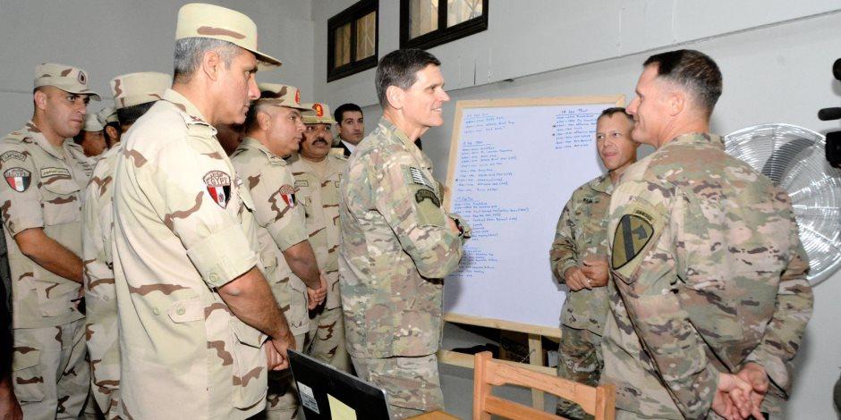 قائد القيادة المركزية الأمريكية يتفقد القوات المشاركة في تدريبات «النجم الساطع»