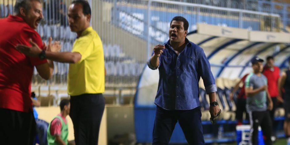 علاء عبد العال يعترض علي ركلة جزاء الزمالك (صور)