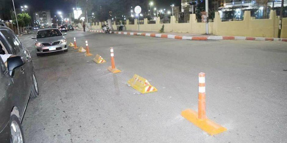 وضع المساعدات والعلامات الإرشادية والتحذيرية وتخطيط الشوارع بسوهاج (صور)