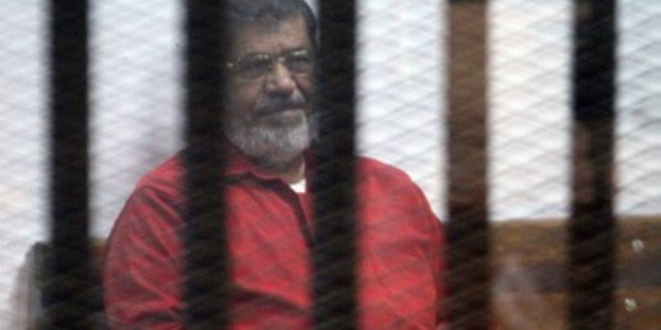 """جنايات القاهرة تودع محمد مرسي و27 آخرين قفص الاتهام لمحاكمتهم بـ""""اقتحام السجون"""""""