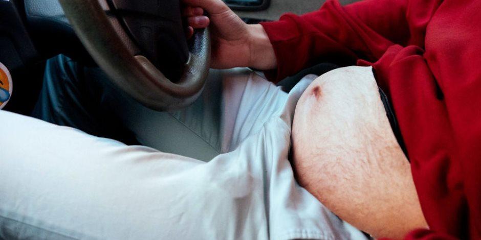 """شاب يبتكر حقيبة على شكل """"كرش"""" لمساعدة أصحاب الوزن الثقيل في التخلص من الدهون"""