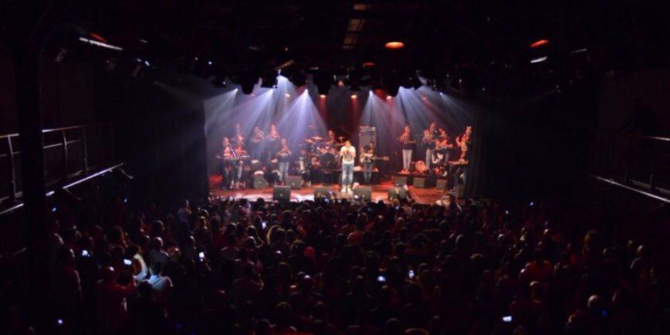 ضمن جولته الغنائية الأوروبية.. حكيم يشعل حفله في أمستردام والأجانب يرفعون علم مصر (صور)