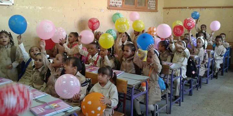 كتاب وبلونة.. شعار مدرسة أحمس بالأقصر لاستقبال التلاميذ (صور)