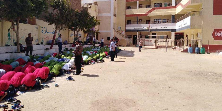"""طلاب مدرسة بـ""""بني سويف"""" يؤدون صلاة الظهر جماعة (صور)"""