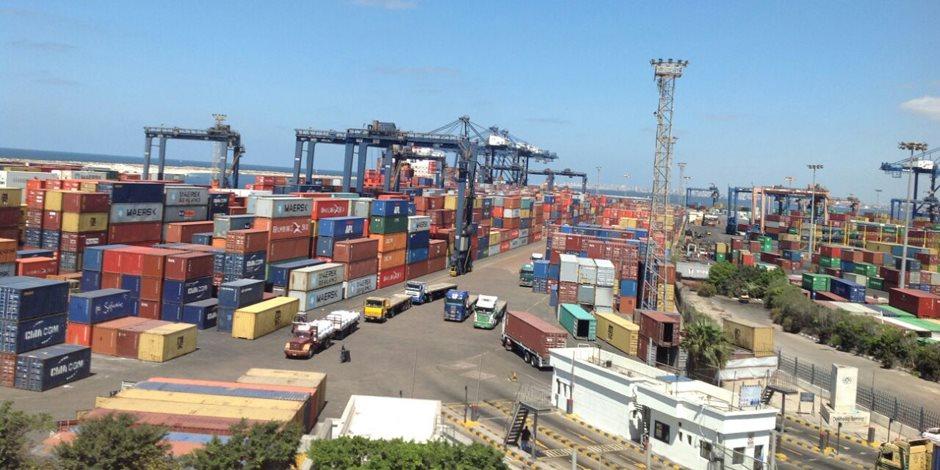 نشاط في حركة السفن والشاحنات والبضائع بميناء الإسكندرية (صور)