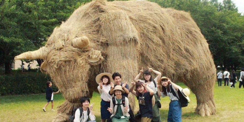 بدلا من حرقه وتلوث الهواء..شباب ياباني أعاد استخدام قش الأرز وصمم مجسمات حيوانية