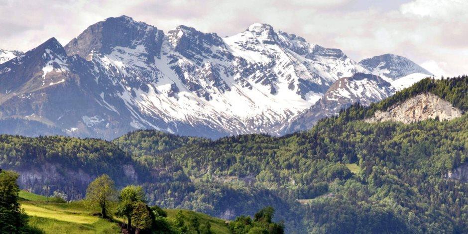 """إنقاذ طفلة عمرها """"عامان"""" إثر سقوطها في فجوة بجبال الألب السويسرية"""