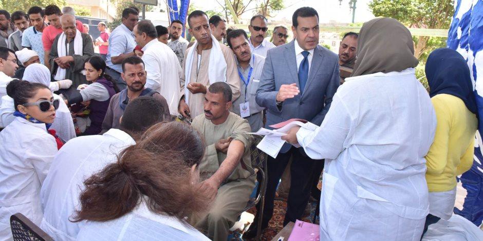 محافظ أسيوط يتفقد الحملات الطبية لفحص المواطنين في الشوارع