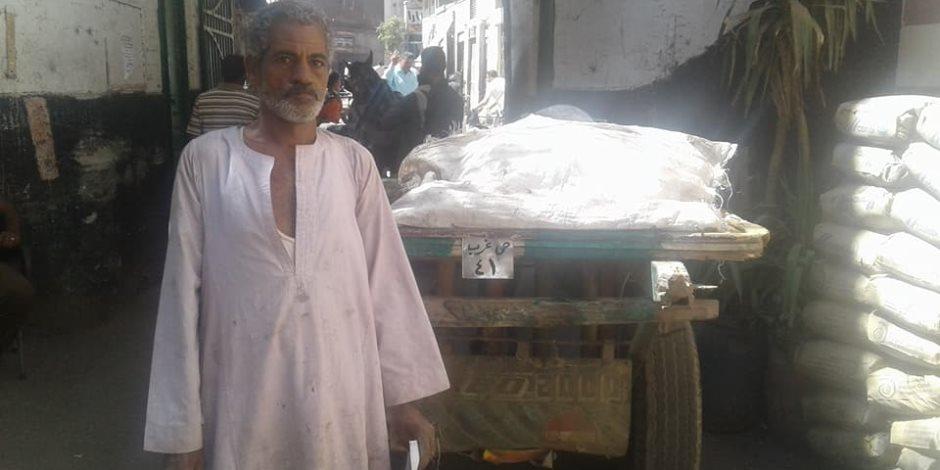 """""""الكارو بقى بنمر"""".. رئيس حي غرب أسيوطـ: تسليم 41 لوحة معدنية وتعليقها (صور)"""