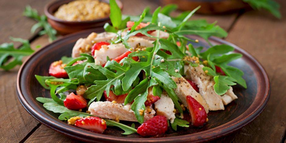 سلطة الدجاج مع التوت و الأعشاب و سلطة البحر المتوسط ..سلطات صحية لذيذة الطعم  وخافضة للوزن