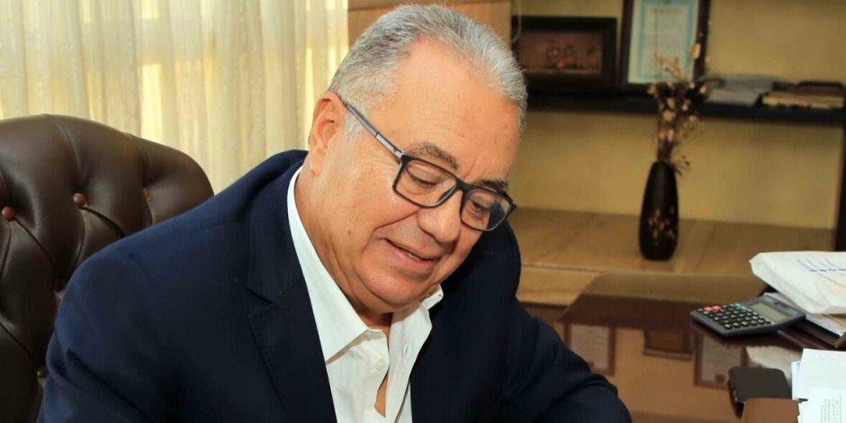 """رئيس مجلس إدارة """"بيراميدز"""" يوقع على استمارة """"علشان تبنيها"""""""