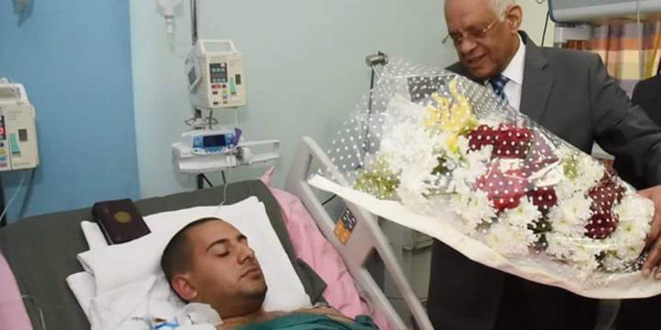 رئيس مجلس النواب يزور النقيب محمد الحايس بمستشفى الجلاء العسكري (صور)