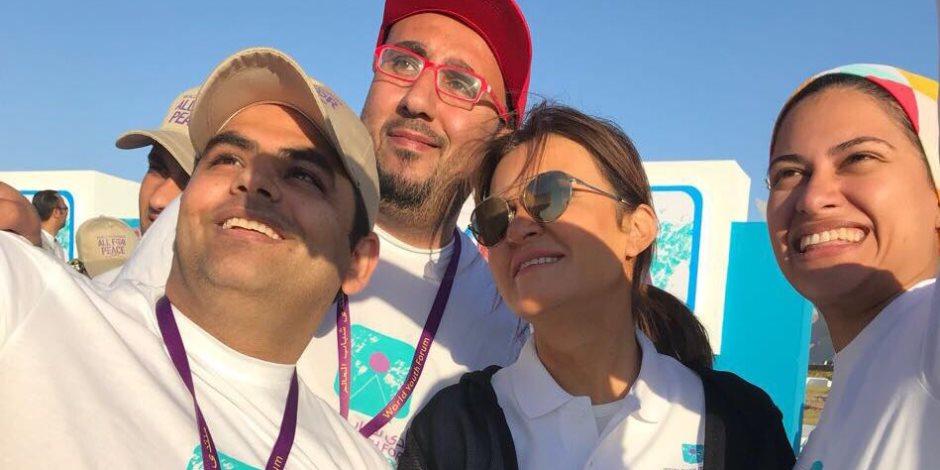 """شباب العالم يلتقطون """"السيلفي"""" مع وزيرة الاستثمار خلال ماراثون السلام"""