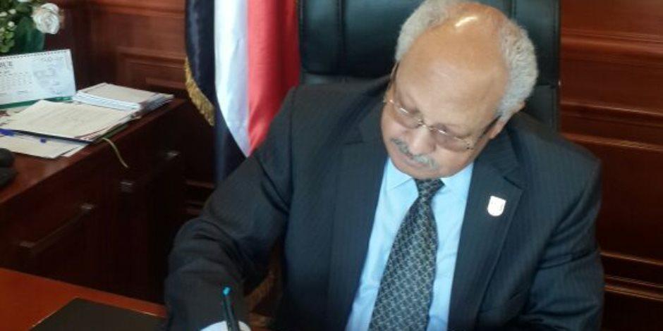 """رئيس الجامعة البريطانية في مصر يوقع على استمارة حملة """"علشان تبنيها"""""""
