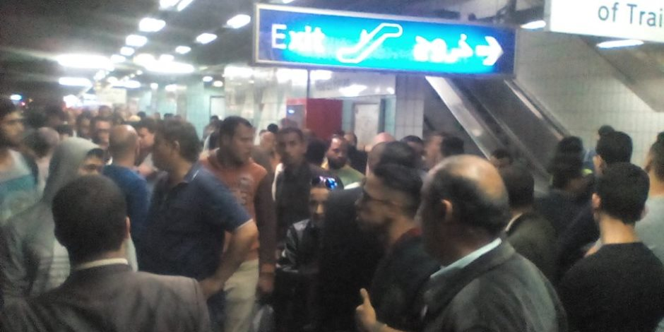مواطنون يعتدون على سائق المترو بعد تعطله (صور)