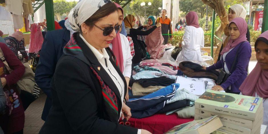 طالبات كلية بنات جامعة عين شمس ينظمن معرضا خيريا لبيع الملابس والكتب