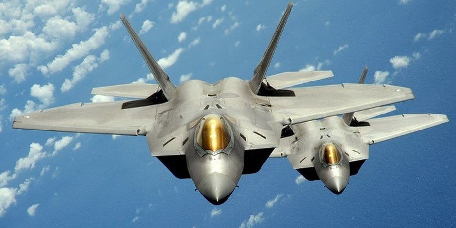 """6 مقاتلات شبح """" إف-22 """"أمريكية تشاك في مناورات جوية مع كوريا الجنوبية"""